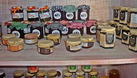 el arbol shelves of jars